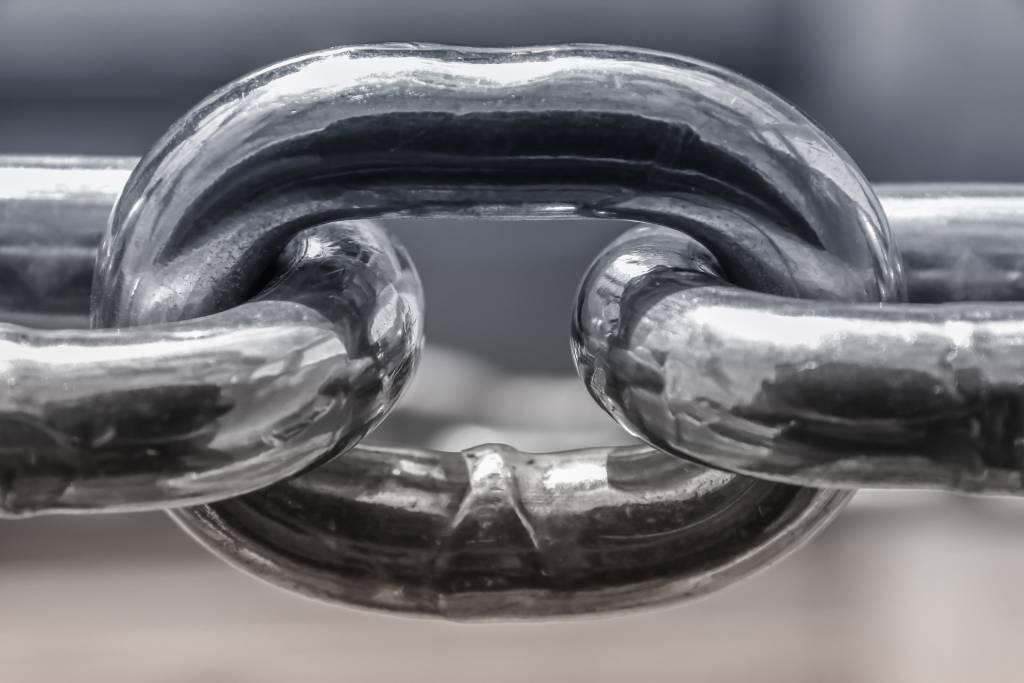 Czym jest zdrada? Jest jak pęknięcie stalowego łańcucha. Odbudowanie zaufania związku bywa bardzo trudne potakim wydarzenia.