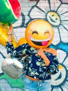 kobieta okazuje swoje emocje i uczucia poprzez nadruk na balonie